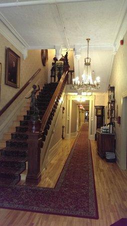 Waverley Inn: The beautiful stairway