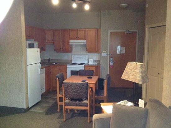 Ramada Penticton Hotel & Suites: kitchen