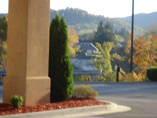 Hampton Inn Elkins: front view of mts.
