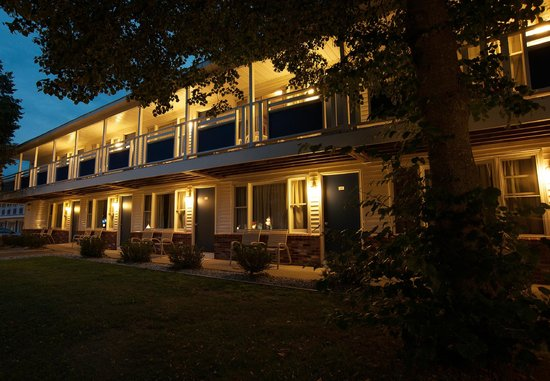 Americas Best Value Inn & Cottages: Building at Night