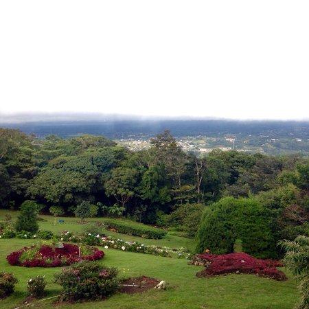Cabanas El Parador : El jardín impecable, con vista al centro de Boquete.