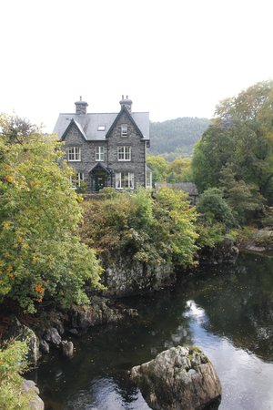 Bryn Afon Guest House: Bryn Afon from the bridge