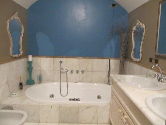 B&B Corte delle Pigne: Large bathroom