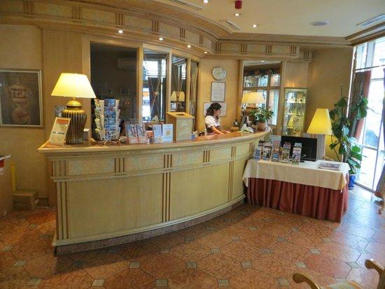Conrad Hotel de Ville: Front Desk