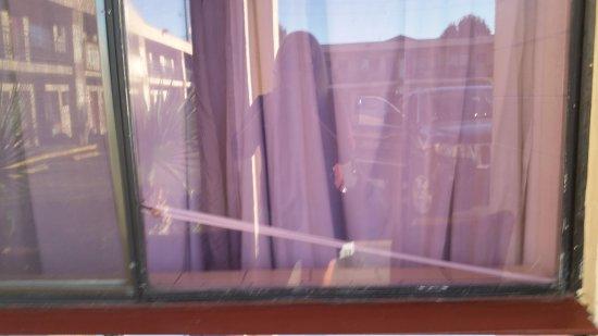 Ocala Inn: Window lock broken, so curtain rod kept the window closed