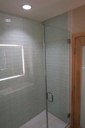 Catalina Canyon Resort & Spa: Remodeled bathroom