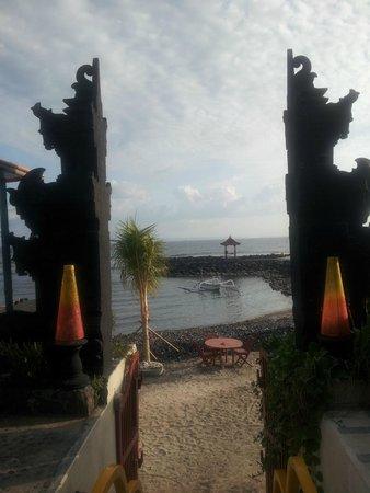 Ashyana Candidasa Beach Resort : Steps to ocean