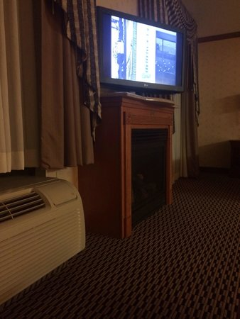 Hampton Inn & Suites Manchester - Bedford: Fireplace in the room