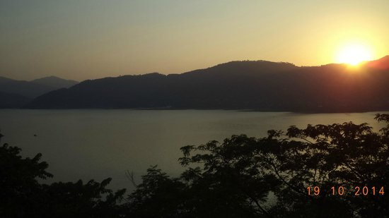 Hotel Lake View (HPTDC): View of lake at sunset