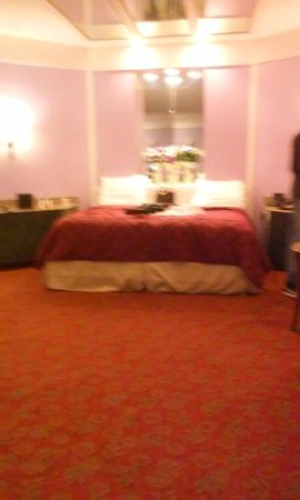 Inn of the Dove Romantic Luxury & Business Suites: king size bed