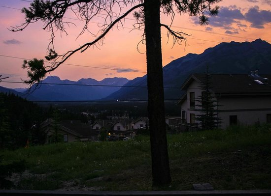 Tunnel Mountain Resort : Sunset view from the Unit 109