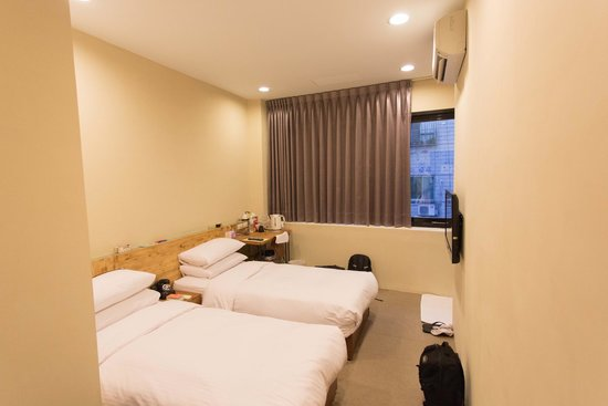 a Simple Place Ximending Taipei : Twin bedroom with windows