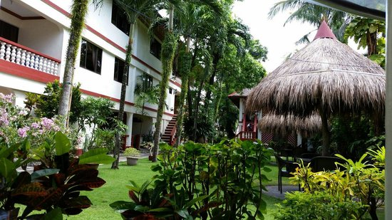 Tonglen Beach Resort : 리조트 길