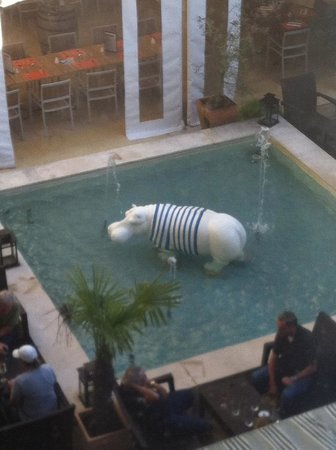 Mercure Bordeaux Chateau Chartrons Hotel : A hippo filling the pool!