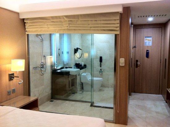 Novotel Surabaya Hotel and Suites: Bathroom