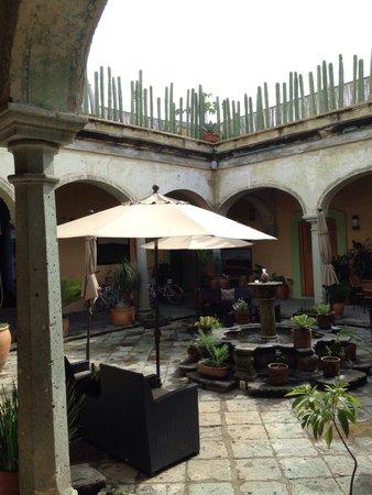 Casa de Sierra Azul : Patio central que rodea las habitaciones, agradable sonido de la fuente!