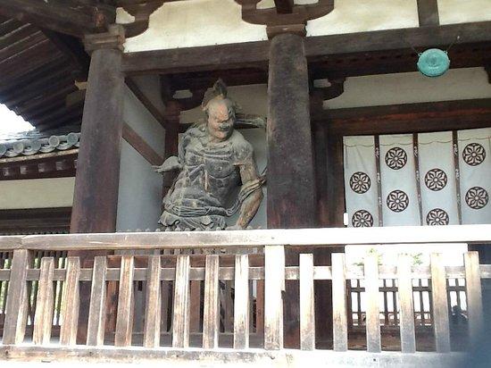 Horyu-ji Temple: Guardião com boca fechada