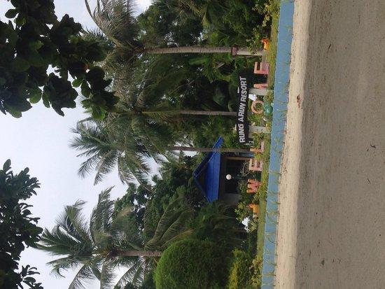 Rung Arun Resort : Welcome sign at the beach