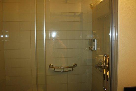 Hôtel Cofortel : douche spacieuse