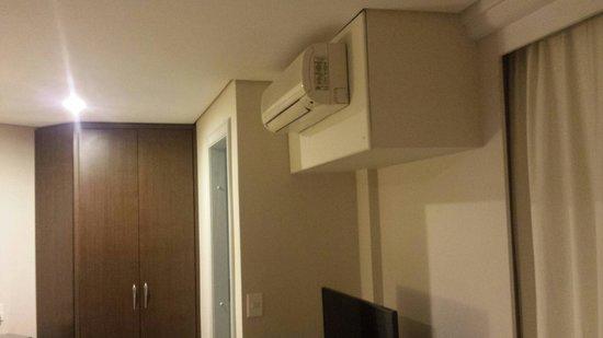 Blue Tree Towers Joinville: Instalação do compressor do ar condicionado split embutida dentro do quarto. Inadmissível.