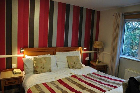 Clew Bay Hotel : camera con grande letto