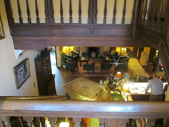 Hostellerie Pannenhuis: View from the stairs down to reception