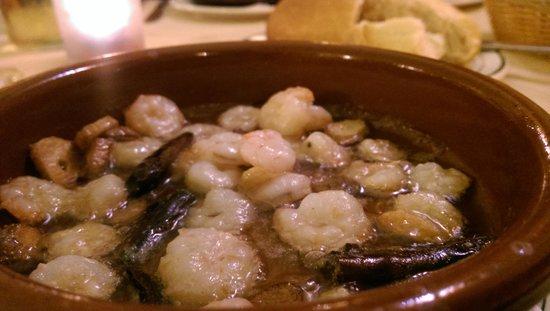 Restaurante Jardin de Los Naranjos: Sizzling garlic prawns