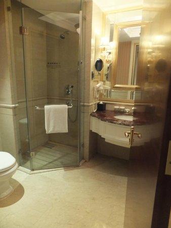 Ritan International Hotel: spacious bathroom