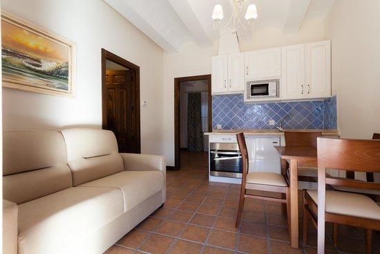 Sal n con cocina integrada de los apartamentos de fuente taray fotograf a de complejo tur stico - El olivar de albarizas ...