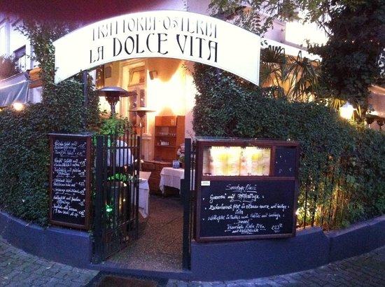 La Dolce Vita: Eingang am Abend