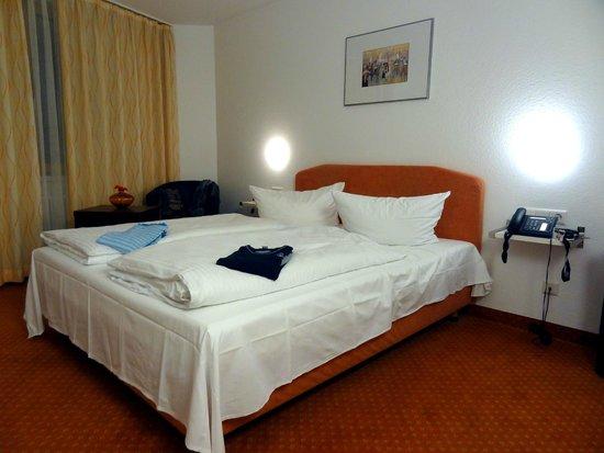 schlafzimmer mit doppelbett telefon tv picture o waschbecken riss. Black Bedroom Furniture Sets. Home Design Ideas