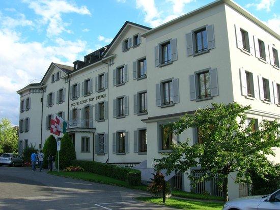 Hostellerie Bon Rivage: L'hotel dal parcheggio