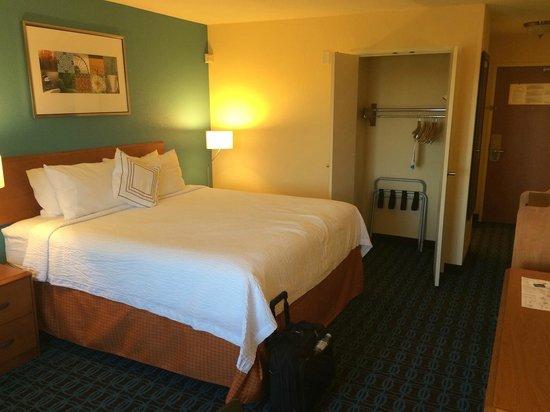 Fairfield Inn & Suites Ames: Closet