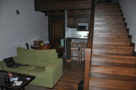 la senda cocina y escaleras de subida al dormitorio