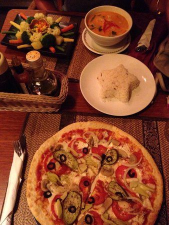 Chalita Cafe & Restaurant: Vegetarian pizza, coconut curry with rice and steamed vegetables!