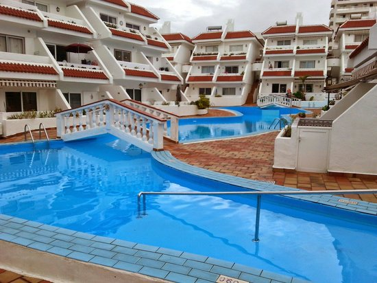 Las Floritas Apartments: Swimming pool.Goes right around the complex.