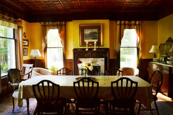 River Edge Mansion Bed and Breakfast: Dining Room