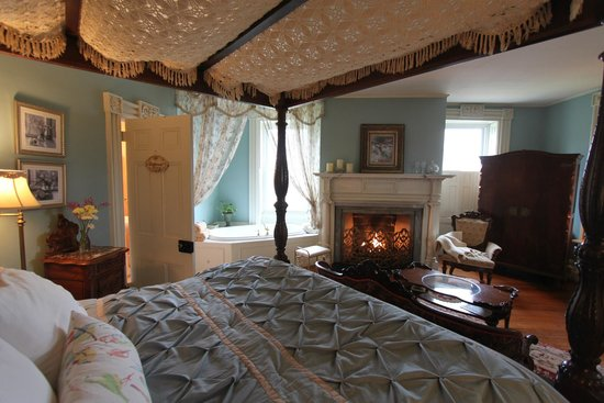 River Edge Mansion Bed and Breakfast: Oneida River Room