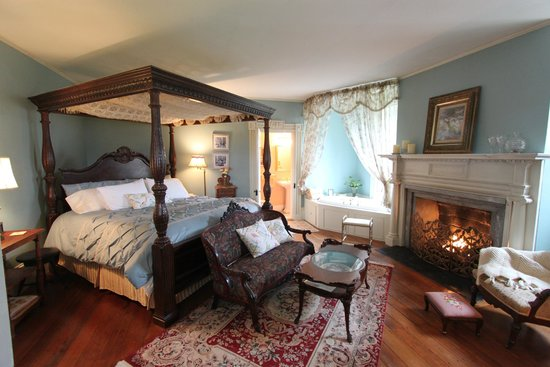 River Edge Mansion Bed and Breakfast: King Canopy Bed in Oneida River Room