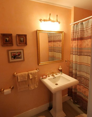 River Edge Mansion Bed and Breakfast: Oneida Room Bath