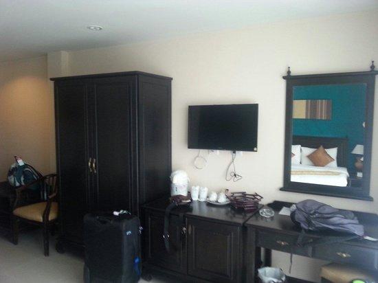 White Sand Krabi Hotel : Meuble pour ranger les valises chaussures, armoires avec coffre fort à l intérieur, mini frigo à
