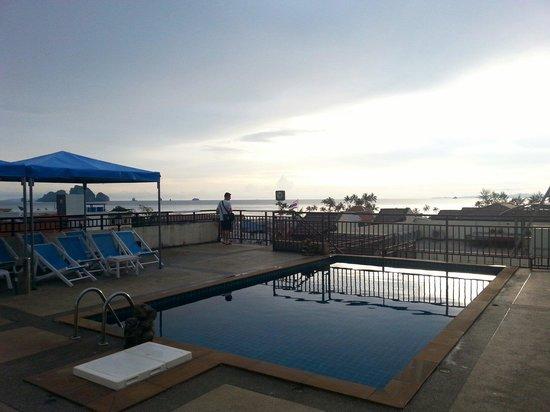 White Sand Krabi Hotel: Piscine sur le toit et vue imprenable sur la mer et le couché de soleil ainsi que la rue princip