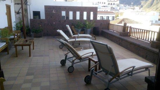 Hotel Rural Fonda de la Tea: Terrasse im 2. Stock mit Liegestühlen