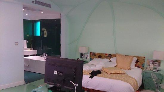 OL Stadium Hotel Beijing: quarto e banheiro