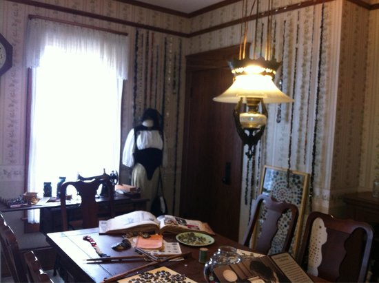 Warther Museum: Inside house, where mrs. Warthers worked on her button collection