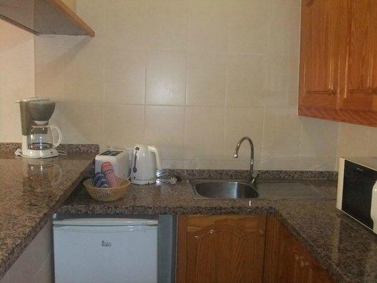 Apartamentos Caribe: Kitchen