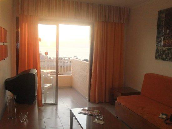 Apartamentos Caribe: Front room/balcony