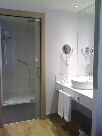 Hotel Sercotel Ciudad de Miranda: Precioso y amplio baño