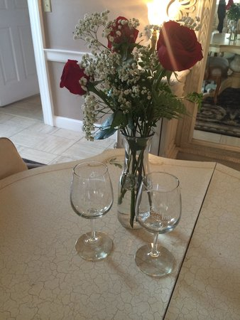 The Old Brick Inn: Wine glasses and roses upon arrival