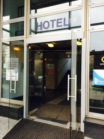 Logos Hotel: Hoteleingang Hotel Logos